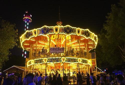游乐场是成年人和孩子们向往的地方