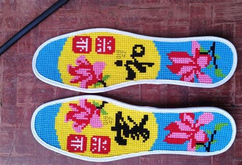 许多人都喜欢绣花鞋垫
